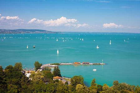Balatonmeer met schepen van Tihany, Hongarije