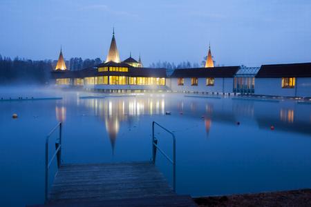 Lago Heviz di notte in inverno. Il lago Heviz è il 2 ° lago termale naturale più grande del mondo. Archivio Fotografico - 74472096