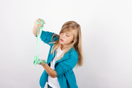 Schoolmeisje speelt