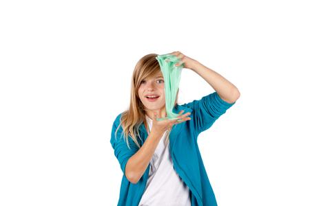 Junges Mädchen spielt mit Schleim. Getrennt auf weißem Hintergrund. Standard-Bild - 90507492