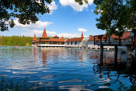 Heviz 호수와 헝가리에서 녹색 단풍으로 둘러싸인 온천 스톡 콘텐츠