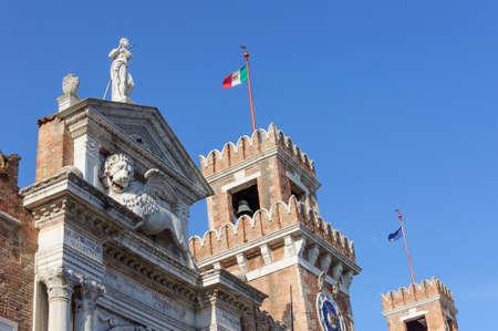 marca libros: El león alado de San Marcos en la parte superior de la Porta Magna en el Arsenal veneciano. Es el símbolo de la ciudad de Venecia en Italia y se ve a menudo la celebración de un libro que representa el poder, la sabiduría