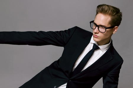 Modelo masculino que llevaba una chaqueta y gafas