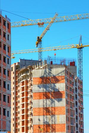 Construcción con grúas de elevación, grúas torre en la construcción del edificio