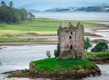 highlander: Vista panorámica del Castillo de Stalker, Highlands, Escocia