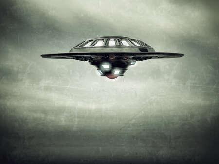 ufo nave espacial volando en el cielo nublado Foto de archivo