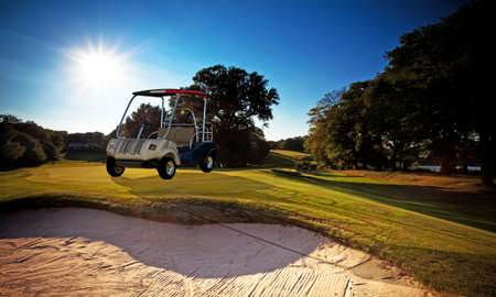 carrito de golf en campo de golf photo
