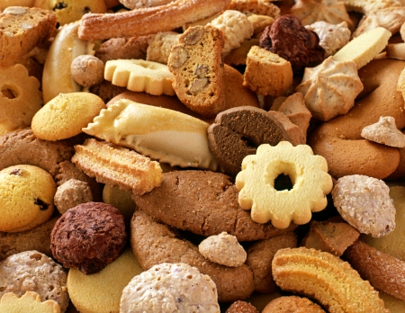 Een culinaire achtergrond van diverse knapperig verse koekjes voor teatime of dessert Stockfoto