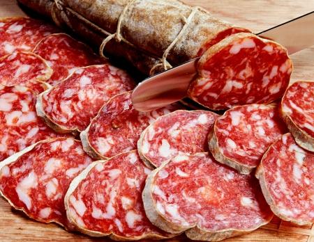 Salami rebanado fresco, una tradicional salchicha seca y se cura italiano elaborados con carne como el cerdo o ternera mezclado con condimentos, especias y grasas Foto de archivo