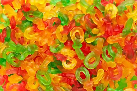 Fondo colorido vibrante de caramelos de gelatina con forma de mu�ecos le gusta a un beb� Foto de archivo