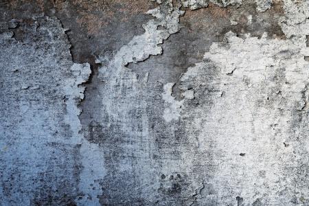 석고 필링과 스테인드 더러운 지저분한 콘크리트 벽의 추상적 인 배경 질감