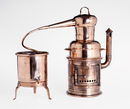 Vintage silver alembic, ein Dual-Gefäß für die Destillation und Reinigung von Flüssigkeiten, auf einem weißen Hintergrund isoliert
