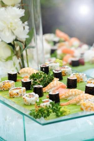 Plato de sushi gourmet con arroz, pescado y marisco fr�a en una mesa de buffet en una boda o funci�n independiente