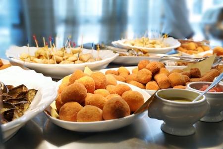 Buffet con una gran variedad de deliciosos platos y aceitunas rellenas Foto de archivo