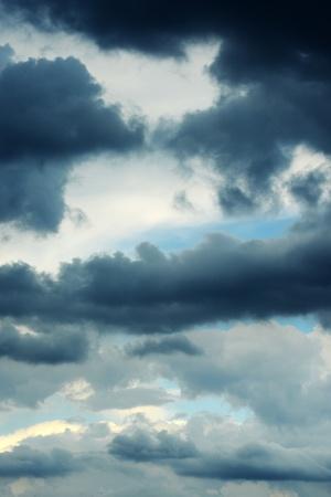 adverso: Antecedentes de un cielo dram�tico con la recopilaci�n de las capas de nubes de tormenta ominosas que representa el mal tiempo o las condiciones meteorol�gicas