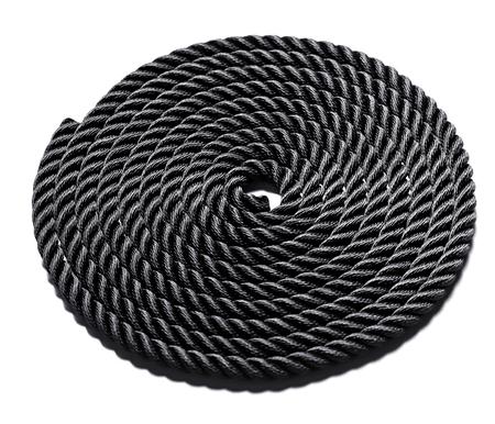 Prolijamente enrollado la cuerda negro formando un c�rculo perfecto y muestra la textura de las fibras entrelazadas y trenzadas aislados en blanco