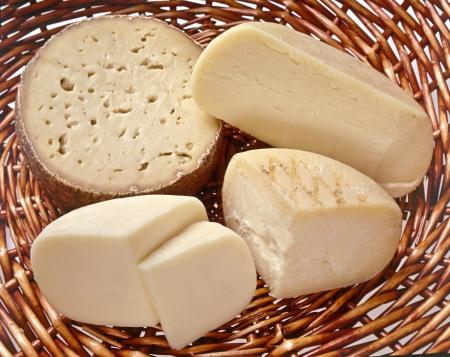 Käse-Korb mit einer Vielzahl von Schnittbereichen von verschiedenen Fest italienischen Käsesorten für eine gesunde Vorspeise zu einer Mahlzeit Standard-Bild