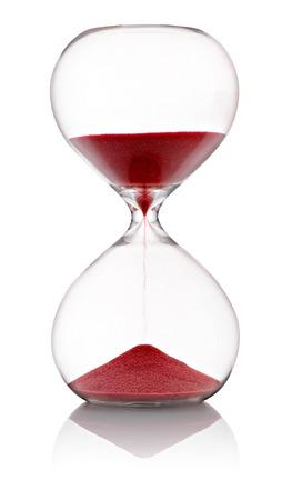 Reloj de arena con arena roja corriendo por las bombillas de vidrio transparente que mide el tiempo que pasa en una cuenta atr�s para el final de pie en la posici�n de mitad de cancha en un fondo blanco