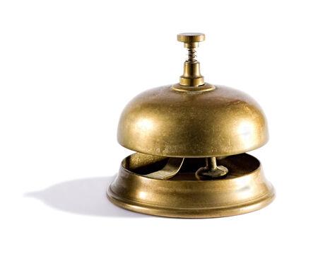 dagvaarding: Vintage messing dienst bel meestal te vinden in een hotel of club receptie voor een klant om hulp roepen op een witte achtergrond