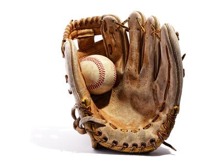 흰색 배경에 똑바로 서 엄지 손가락으로 손바닥에 개최 된 야구 오래 된 빈티지 가죽 야구 글러브