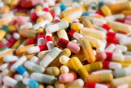 다른 색으로 분류 된 제약 캡슐과 약물 치료의 배경 의료 개념에 다른 약물과 항생제를 나타내는 스톡 콘텐츠