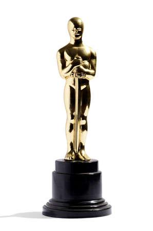Goldene Replik einer Oscar-Filmpreis auf einem schwarzen Sockel isoliert auf weiß im Hochformat Lizenzfreie Bilder