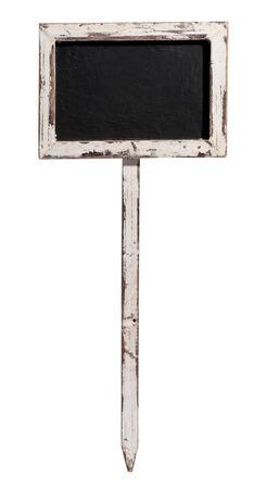 marco madera: Pequeña pizarra en blanco viejo, pizarra o pizarrón en un marco de madera envejecida en una estaca de madera, aislado en blanco, con copyspace