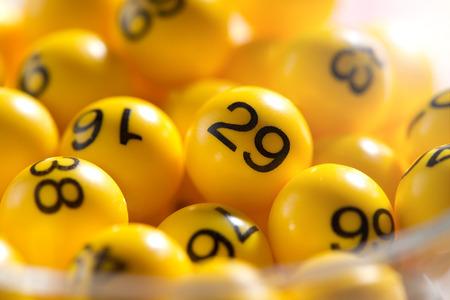 Achtergrond van gele ballen met bingo nummers gebruikt om willekeurig geluksgetallen tijdens een bingospel Stockfoto