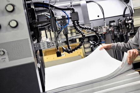 인쇄 기계에서 인쇄 대형 백서를 준비 노동자 스톡 콘텐츠