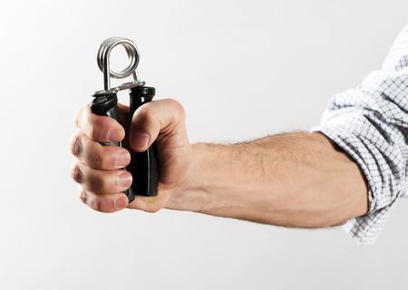 흰색 배경에 손 그리퍼를 사용 하여 압 연된 셔츠 소매 운동 강도와 남성 손
