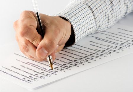 남성 손을 잡고 펜 가까이는 참 또는 거짓 테스트 촬영