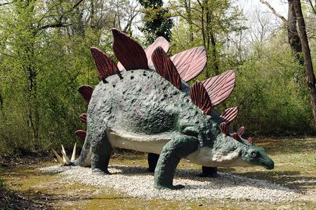 stegosaurus: Tres cuartos Vista de Modelo de dinosaurio del Stegosaurus del per�odo Jur�sico tard�o con espinas de la cola y placas blindadas Aire libre en el Tema Pre-Parque Hist�rico