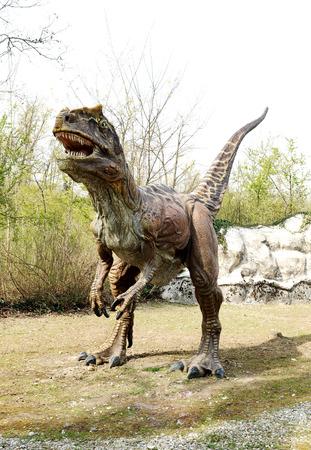 전 역사 테마 공원 Saltriosaurus 쥬라기 육식 공룡 모델의 전체 길이 전면보기 스톡 콘텐츠