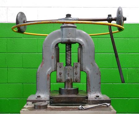 meant: Pressa manuale epoca forma macchina industriale strumento creato per trasformare pezzi mediante l'applicazione di pressione contro una parete verde
