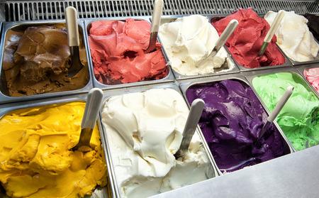 갓 만든 다른 과일의 구색의 다채로운 디스플레이는 아이스크림 가게의 창에서 이탈리아 아이스크림을 맛 또는 테이크 아웃 디저트로 판매 쇼핑