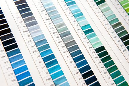 Détail de Color Chart in Vêtements Design Studio, avec un accent sur le bleu et vert Hues de Spectrum Banque d'images