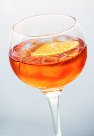 verm�: Copa del tradicional c�ctel de martini italiano hecho de ginebra o vodka y el vermut seco adornado con una rodaja de naranja Foto de archivo