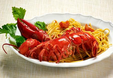 Close up Gourmet Tasty Gesunde Red Lobster mit Linguine Pasta-Rezept auf weißem Teller serviert auf dem Tisch.