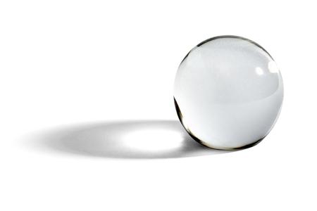 vidrio: Bola de cristal o orbe para la adivinación, la adivinación y predicción del futuro con una sombra sobre un fondo blanco con copyspace