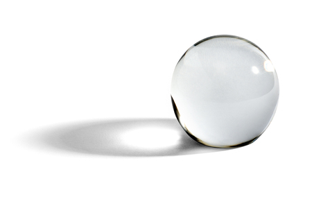Glazen bol of orb voor waarzeggerij, waarzeggen en voorspellen van de toekomst met een schaduw op een witte achtergrond met copyspace