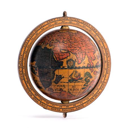 wereldbol: Oude vintage houten wereldbol met de continenten en zeilschepen voor het plannen van een wereldtournee, aardrijkskunde, navigatie en reizen geïsoleerd op wit Stockfoto
