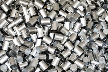 conservacion alimentos: Textura del fondo de plata etiquetarse latas de aluminio vac�as para el envasado y conservaci�n de alimentos, vista a�rea de fotograma completo
