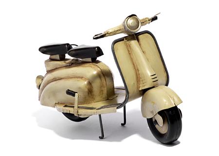 MOTORIZADO: Modelo de Scooter motorizado - Perfil Todavía vida de miniatura retro Dos Sentados Beige de la vespa en el fondo blanco en el estudio