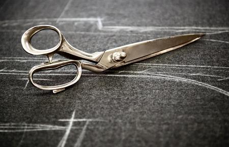 Krejčovské nůžky ležící na tkanině označeny křídou se vzorem oděvu v zblízka pohled s copyspace