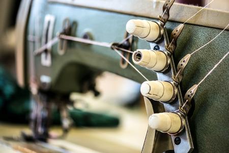 máquina de coser profesional en una fábrica de géneros de punto Foto de archivo