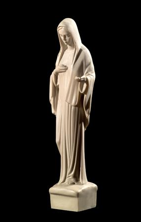 humildad: Estatua de la Virgen Mar�a sobre un fondo negro que representa la humildad y la caridad
