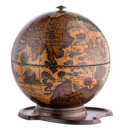 Old globe terrestre en bois sur un socle montrant les océans, les continents, les grands voiliers et de créatures marines isolé sur blanc Banque d'images - 66316419