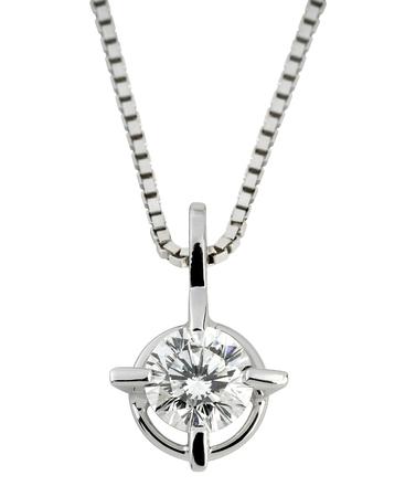 Okrągły diamentowy wisiorek pasjans z dużym fasetowanym kamieniem ze srebra lub platyny, wiszący na łańcuszku na białym tle