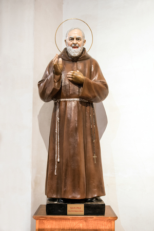 Statue of Padre Pio or Saint Pio of Pietrelcina, a Roman Catholic friar and priest who displayed Holy Stigmata throughout his life, with his hand raised in benediction Banco de Imagens