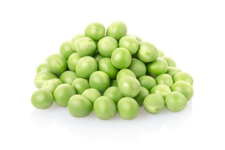judias verdes: Los guisantes verdes se acumulan en el blanco